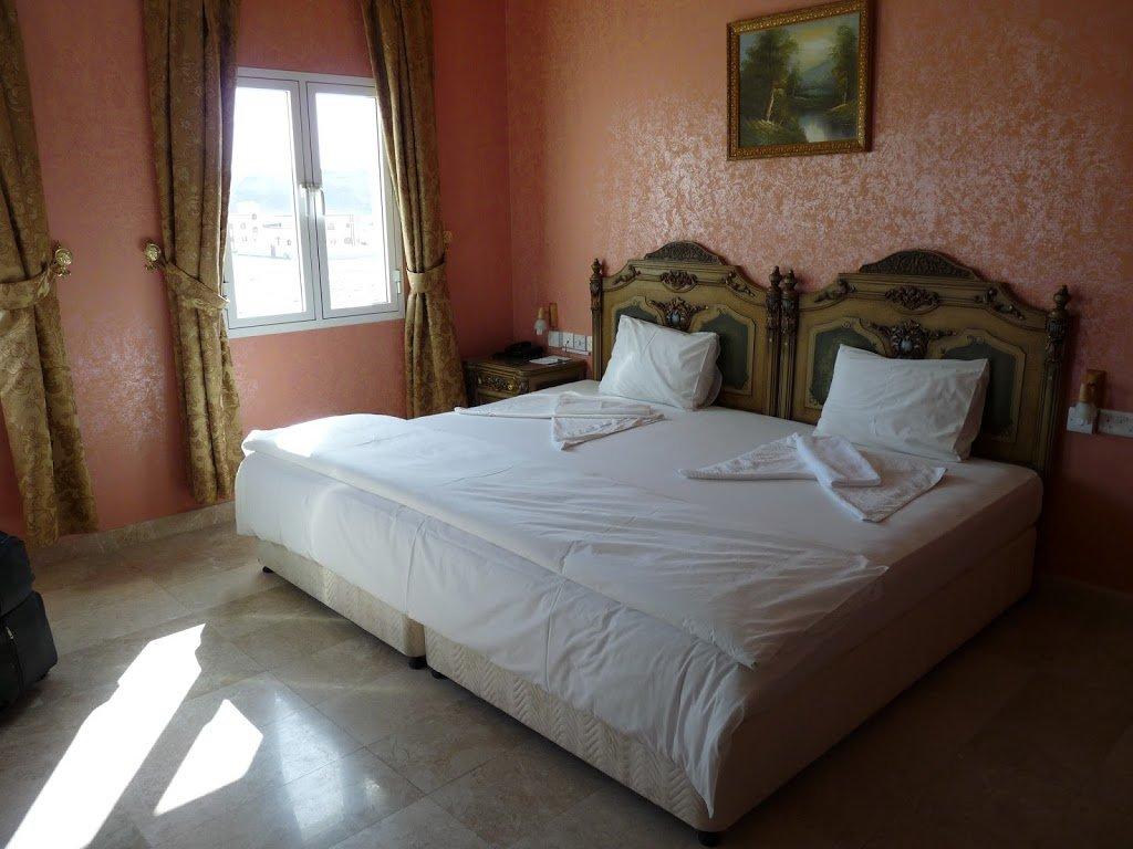 Dormire in un letto a tre piazze in oman in viaggio con - La finestra della camera da letto ...